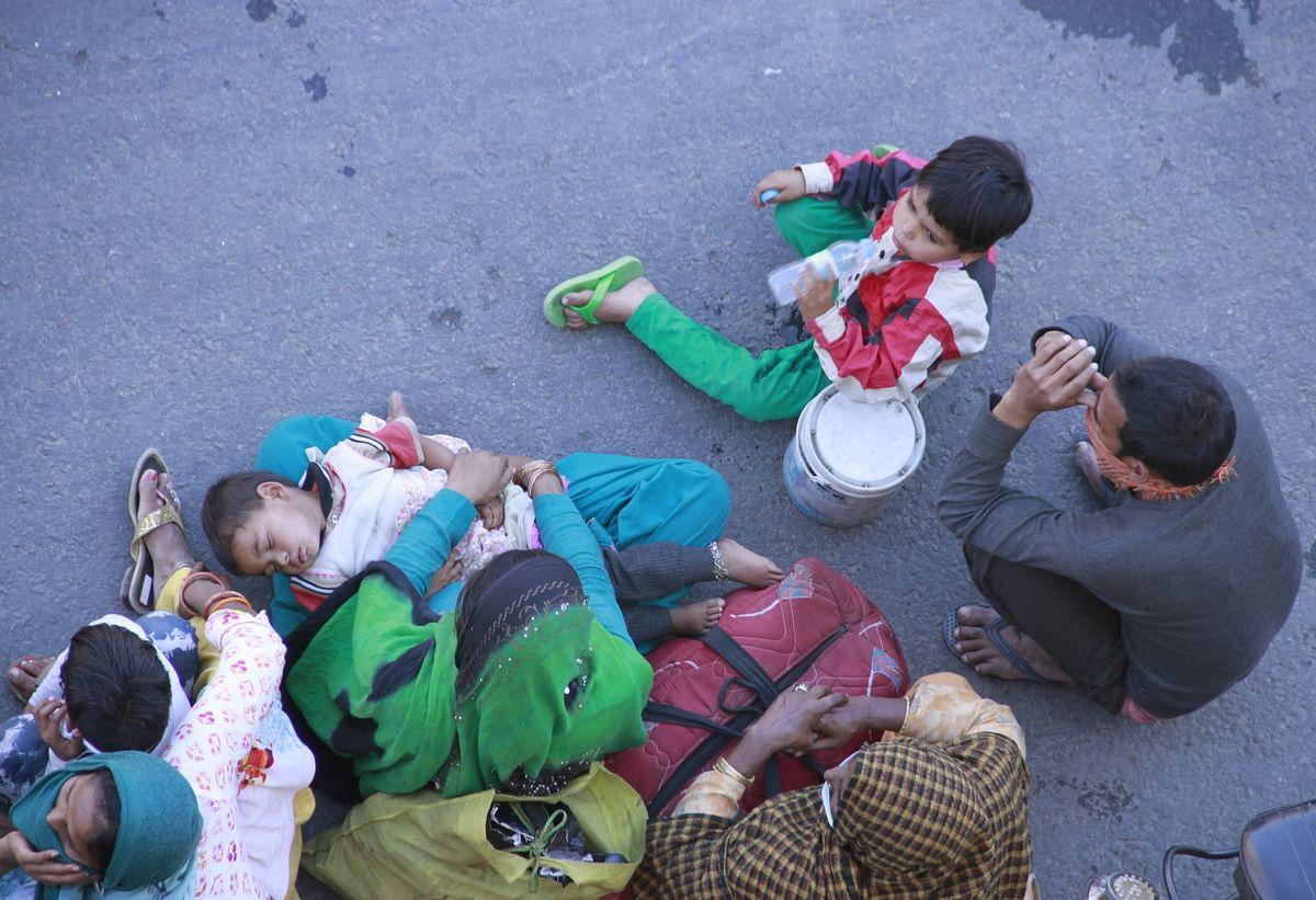 CoronavirusLockdown : मजदूर सड़क पर, सरकार कह रही है जहां हैं वही रहें, रहने और खाने की होगी व्यस्था
