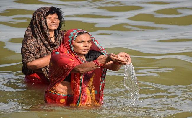 प्रत्येक घाट पर 15 से 20 श्रद्धालु पहुंचे थे, जिन्होंने गंगा स्नान किया और गंगाजल को घर लेकर आये.