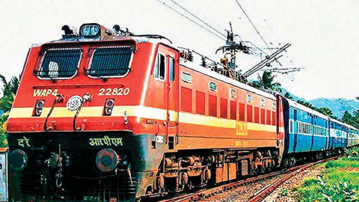 Mumbai Local: मुंबई की एसी लोकल ट्रेन में लगी आग, फायर ब्रिगेड के पहुंचने में हुई देर, कर्मचारियों ने बुझाई आग
