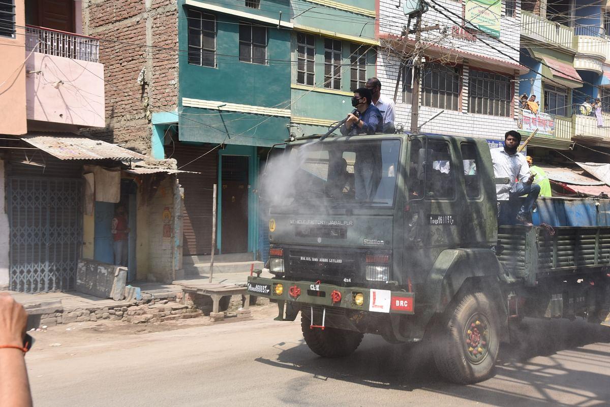 पटना में कैमिकल छिड़कते कर्मचारी