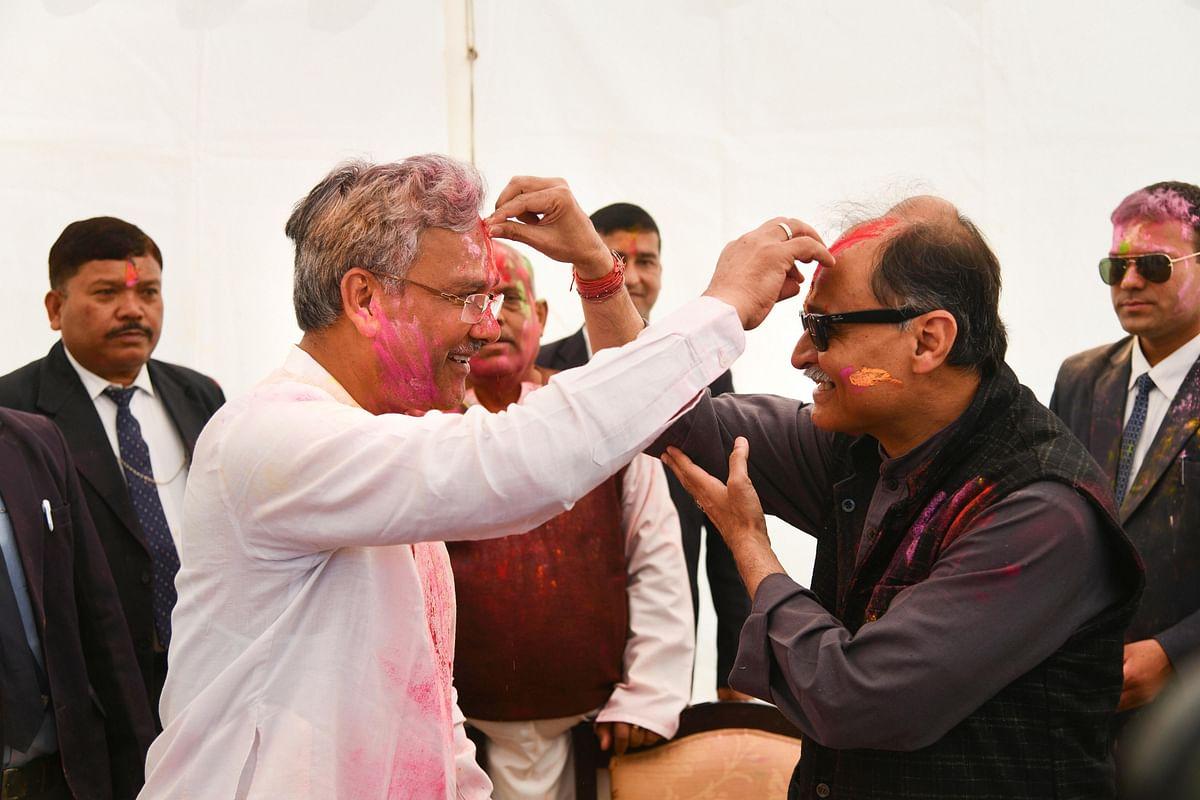 होली के दौरान उतराखंड के मुख्यमंत्री त्रिवेंद्र सिंह रावत भी  होली के मौके पर जश्न मनाते देखे गए.