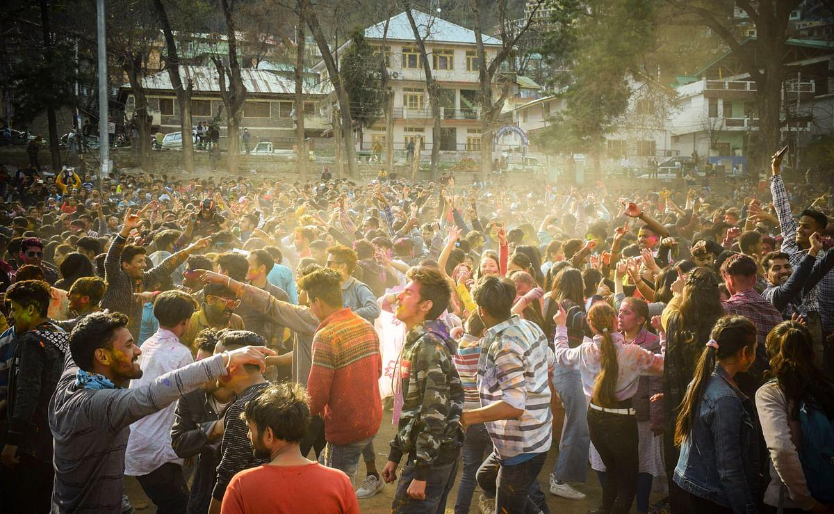 देश भर में धूम-धाम से मनाई गयी होली, तस्वीरों में देखें रंगोत्सव की झलक