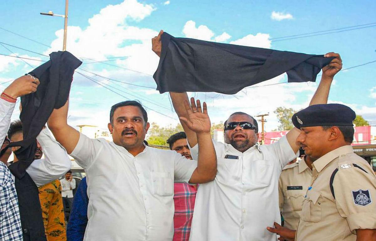 नाराज कांग्रेसी कार्यकर्ताओं ने ज्योतिरादित्य सिंधिया को भोपाल एयरपोर्ट के पास दिखाये काले झंडे