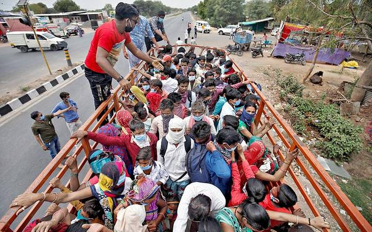 भेड़-बकरियों की तरह ट्रक पर लाये जा रहे प्रवासी मजदूर