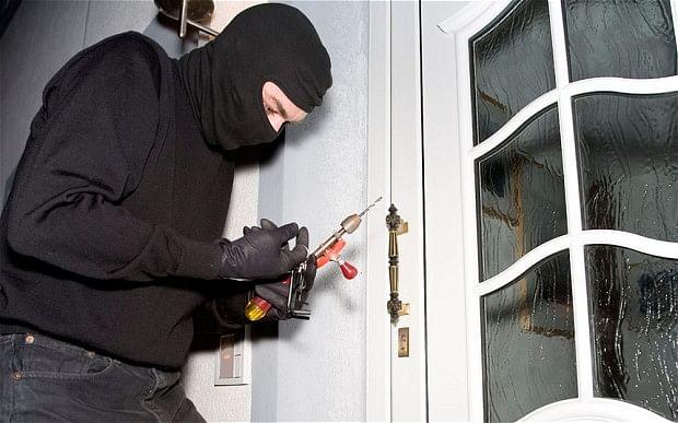 सिपाही समेत पांच लोगों के घरों से 25 लाख के सामान की चोरी