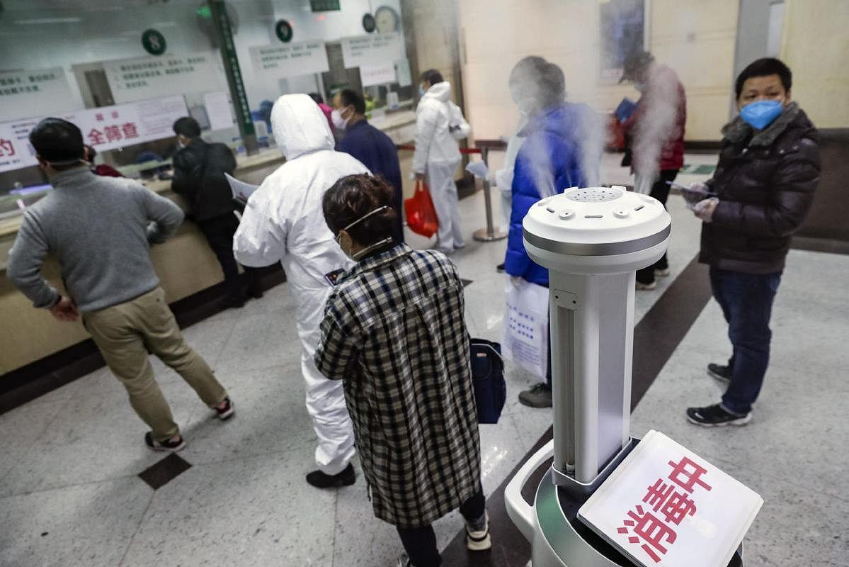 यह रोबोट वायरस से बचाव के लिए अस्पताल में घूम-घूम कर छिड़काव कर रहा हैं.