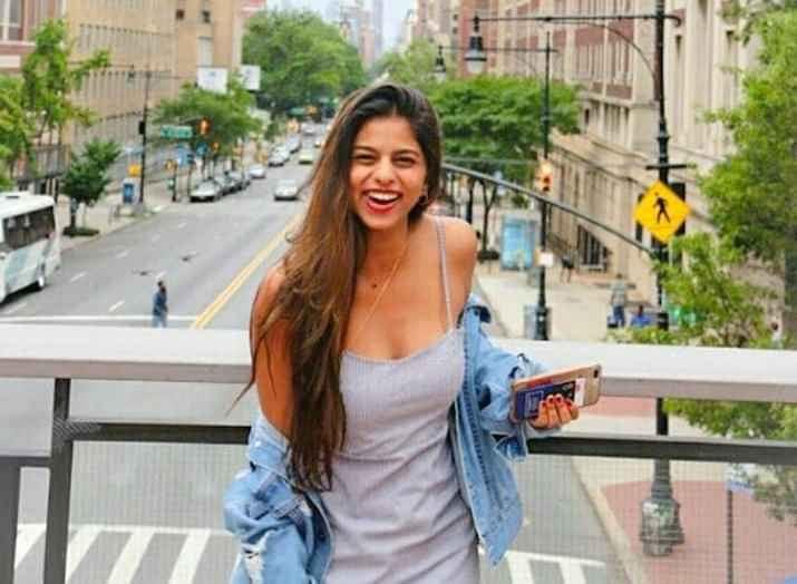 फिल्म अभिनेता शाहरुख खान की बेटी सुहाना खान बॉलीवुड में सबसे अधिक पसंद किए जाने वाले स्टार किड्स में से एक हैं. सुहाना के नाम से सोशल मीडिया पर कई फैन क्लब भी हैं. इन पर अक्सर उनकी कई तस्वीरें शेयर होती रहती हैं.