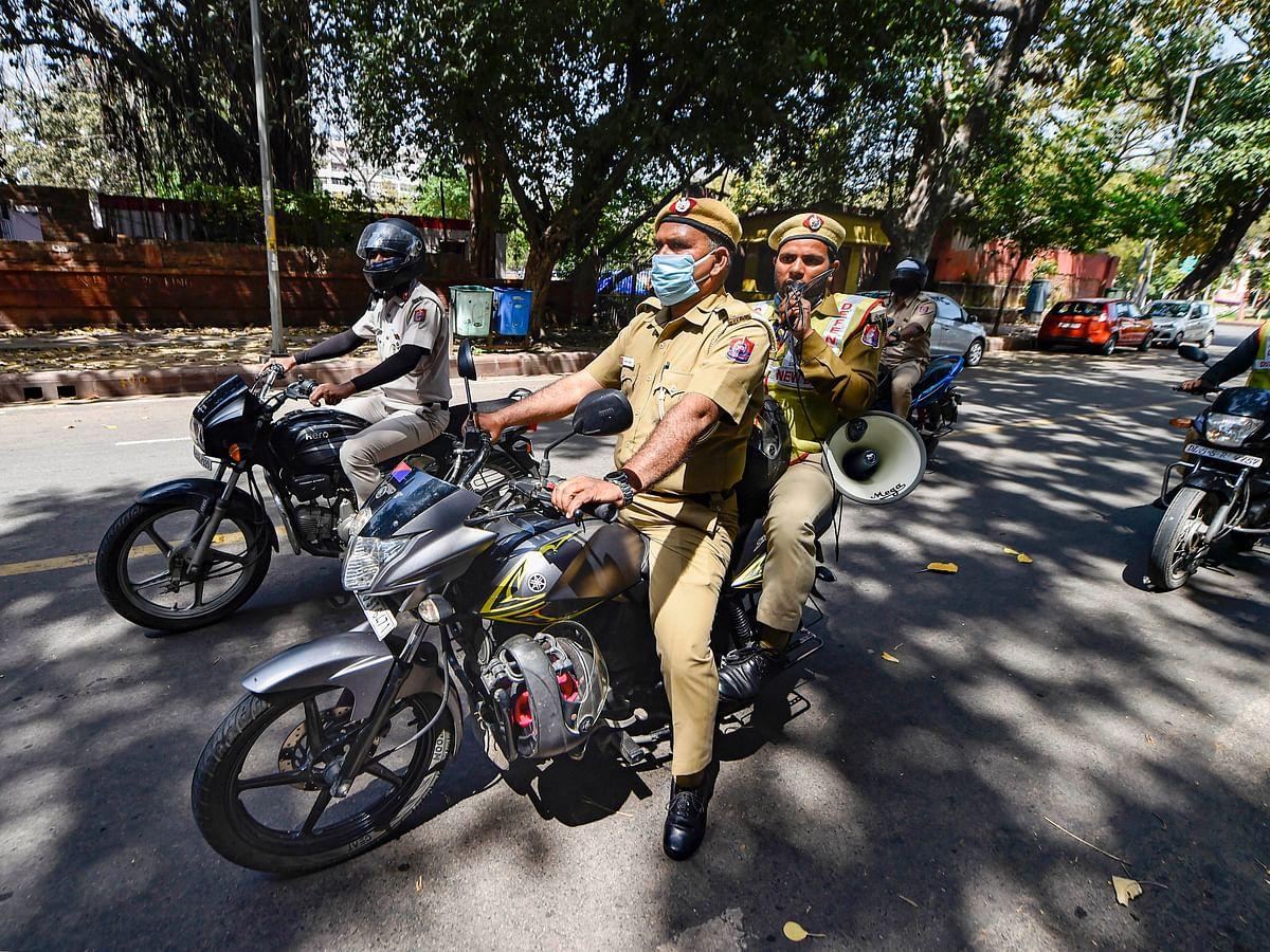 भारत में अबतक कोरोना वायरस के 662 मामले सामने आ चुके  हैं. प्रशासन की ओर से लोगों को सतर्क रहने को कहा जा रहा है. पुलिस की ओर से भी लोगों को संदेश दिया जा रहा है कि वे लॉकडाउन के दौरान घर पर रहें.