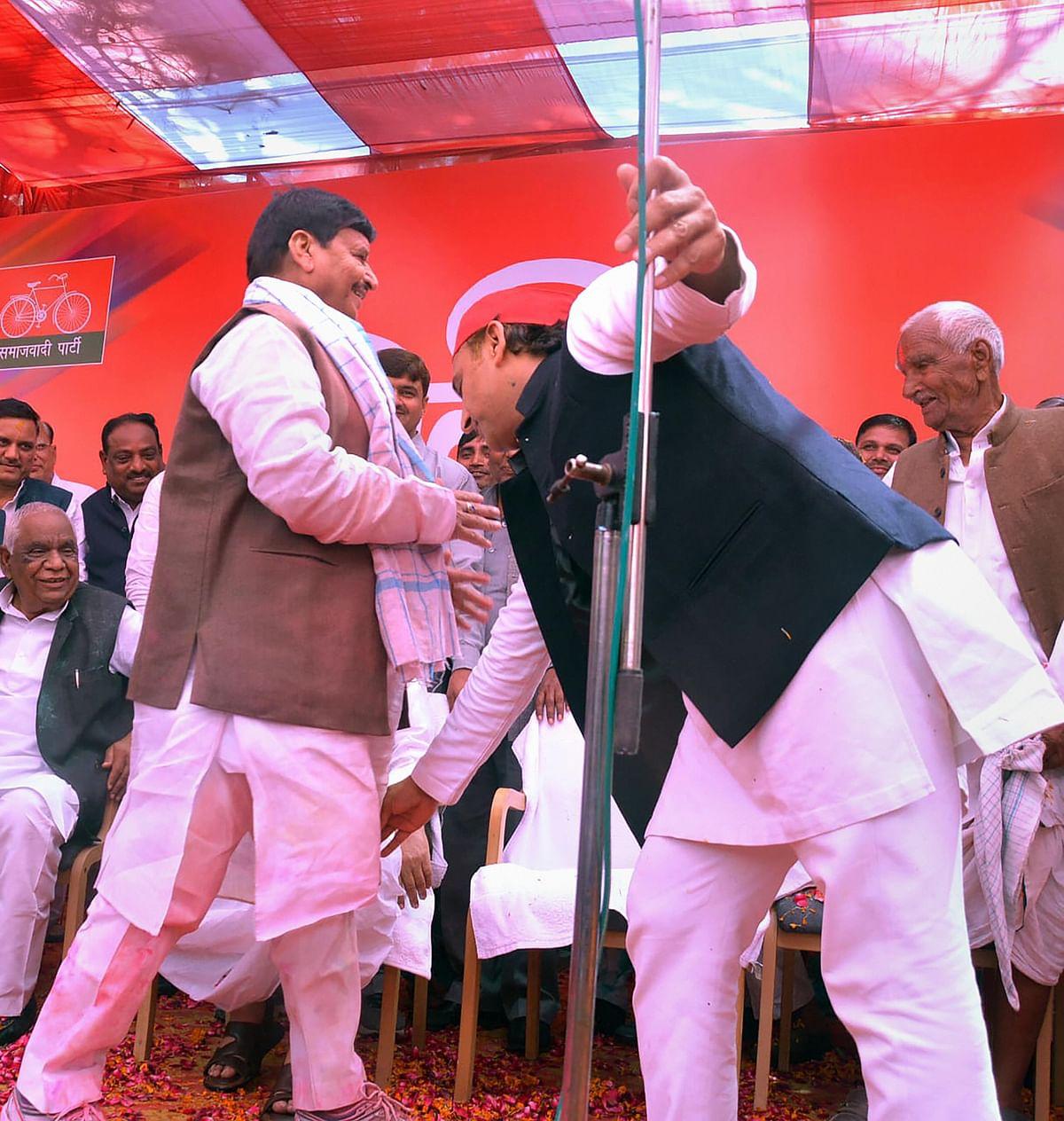 होली के मौके पर समाजवादी पार्टी के अध्यक्ष अखिलेश यादव भी चाचा शिवपाल यादव का आशीर्वाद लेते देखे गए.