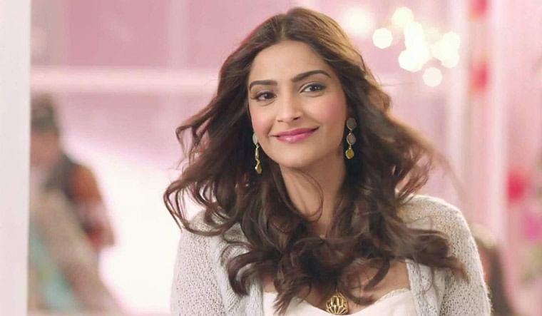 Janta Curfew को लेकर कॉमेडियन ने उतारी Sonam Kapoor की ऐसी नकल कि उन्हें खुद शेयर करना पड़ा VIDEO
