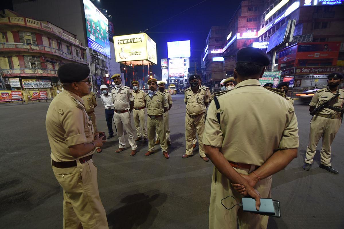 राजधानी पटना में पुसिल को निर्देश देते अधिकारी