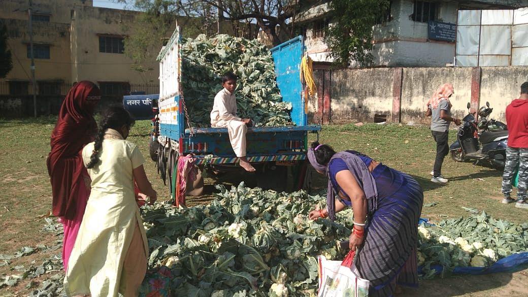 Coronavirus Impact: झारखंड के शहरों में आसमान छू रहे सब्जियों के दाम, किसान फेंकने को मजबूर