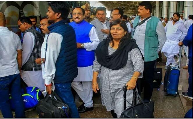मध्यप्रदेश-  एयरपोर्ट से अपने होटल लौटे बागी विधायक, राज्यपाल ने छह मंत्रियों को हटाया