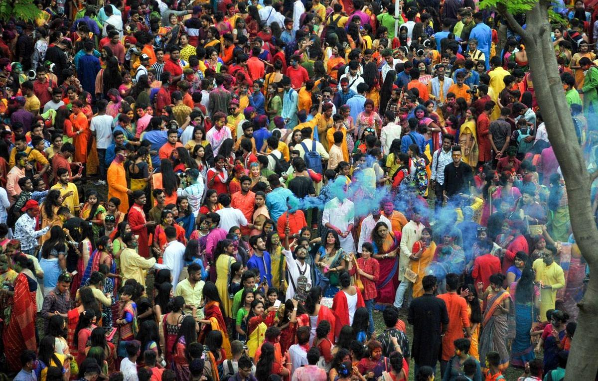 शांति निकेतन में धूम-धाम से मनाया गया बसंतोत्सव, बंगाल पर चढ़ा होली का खुमार