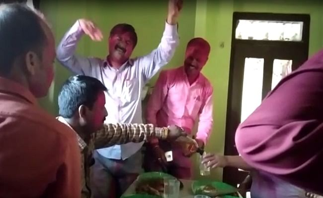 'ड्राई स्टेट' बिहार में शराब के पैग के साथ जश्न मनाते वीडियो वायरल, दो गिरफ्तार