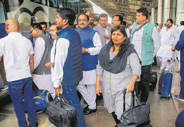 मध्य प्रदेश सियासी संकट : सिंधिया समर्थक विधायकों ने राज्यपाल से की सुरक्षा की मांग, कमलनाथ ने किया सुरक्षित माहौल देने का वादा