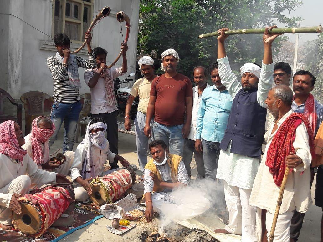 वैशाली के भगवानपुर में हवन यज्ञ करते राजद नेता