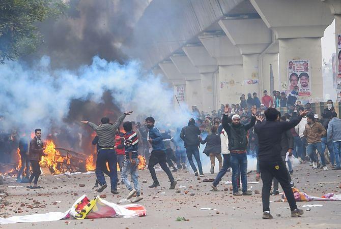 Delhi Violence: भीड़ टूट पड़ी थी पुलिस पर, ऐसे खुद को बचाने के लिए भागे तीन पुलिसकर्मी