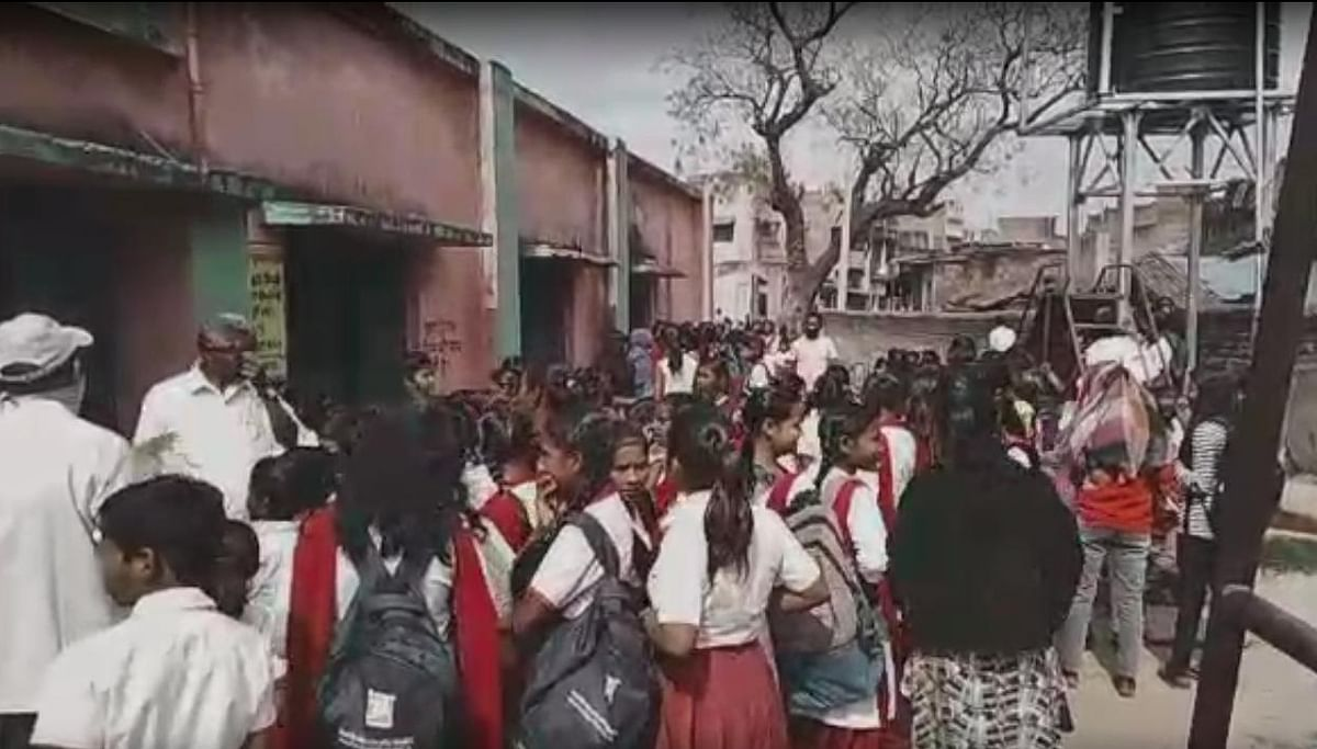 सिल्ली के सरकारी स्कूल में चावल लेने के लिए जमा हुए बच्चे.