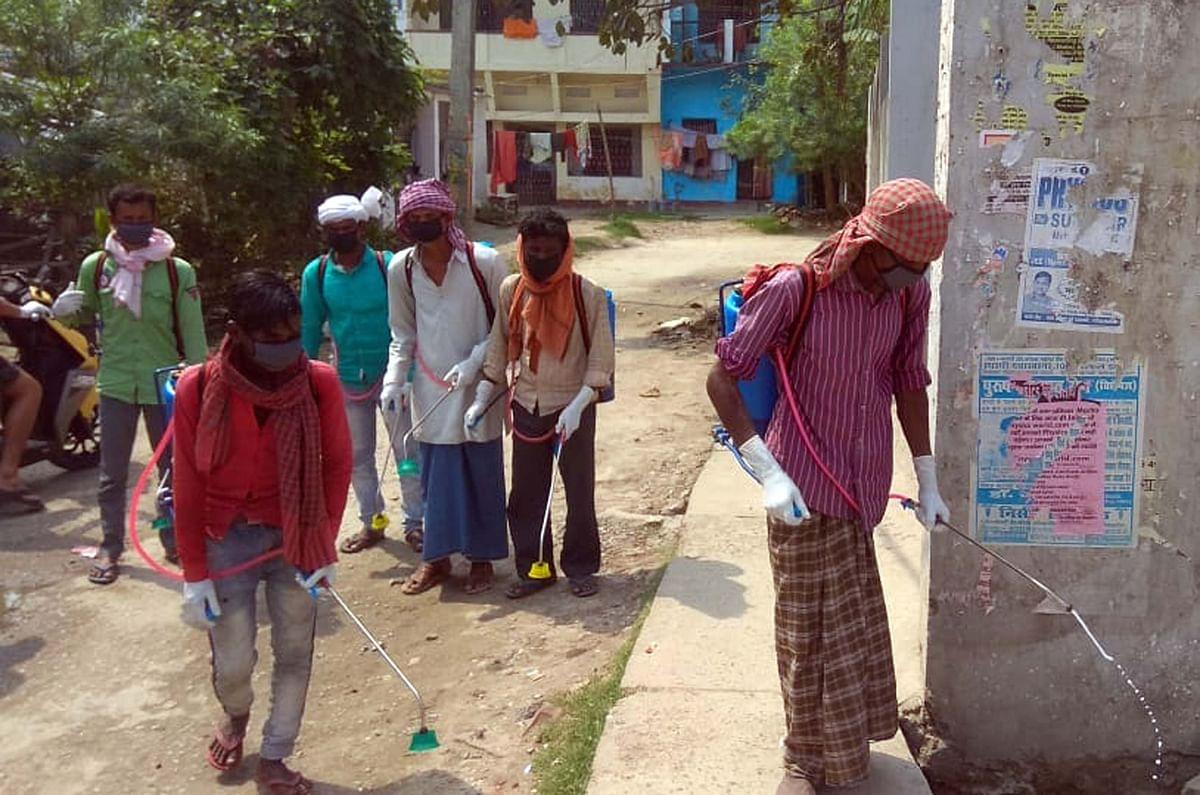 गोपालगंज में सड़कों को सैनीटाइज करते कर्मचारी