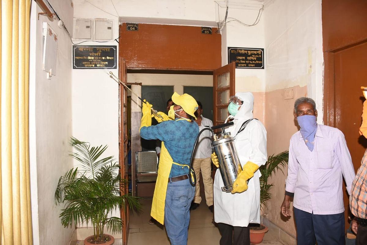 झारखंड में Coronavirus का खौफ : रजरप्पा मंदिर में विदेशी नागरिकों के प्रवेश पर रोक, कोर्ट से लोगों को निकाला, विधानसभा में था ऐसा नजारा