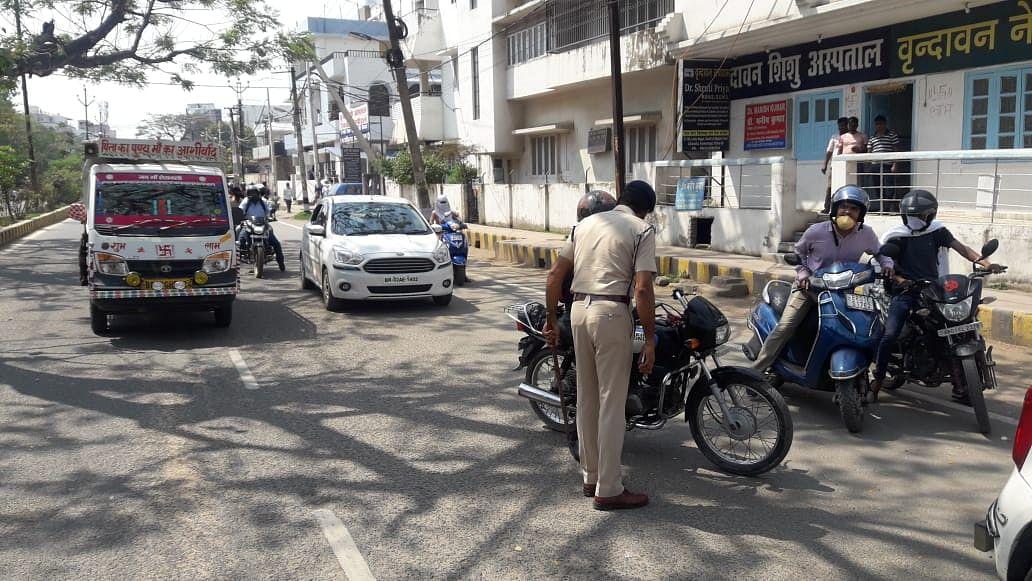 पटना के कंकड़बाग वाहन चालकों से समझाती पुलिस