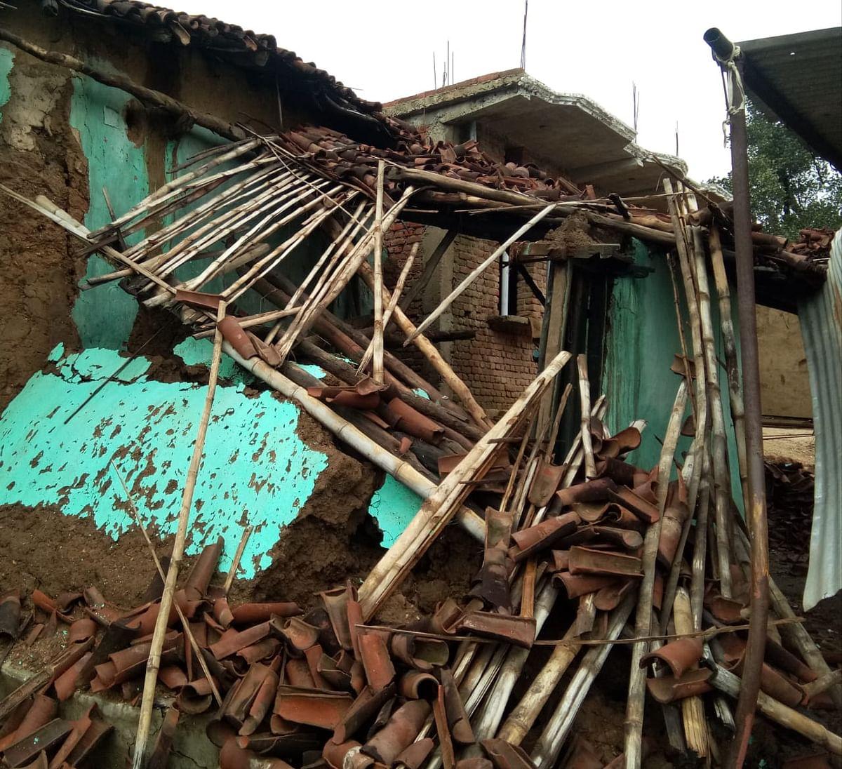 कच्चे मकान के खपरैल के छत टूटे.