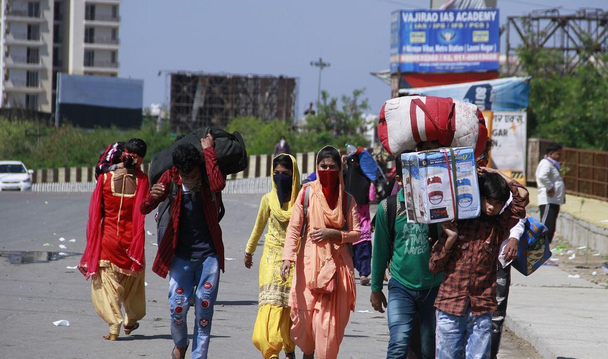कोरोना वायरस के खतरे से देश को बचाने के लिए पीएम मोदी ने 21 दिन का लॉकडाउन घोषित किया था. आज लॉकडाउन का चौथा दिन है. जहां करोड़ों हिन्दुस्तानी घरों में कैद हैं तो वहीं दिल्ली और आसपास के राज्यों से लाखों लोग यूपी बिहार में अपने घरों की लौटने की जिद ठाने सड़कों पर पैदल ही निकल गए हैं. उनका कहना है कि न काम है न तनख्वाह है आखिर इतने दिन भूखे कैसे रहेंगे. इससे अच्छा अपने गांव चले जाते हैं कम से कम वहां भूख से तो नहीं मरेंगे. अब हालात ये है कि आनंद विहार से लेकर दिल्ली बॉर्डर पर यूपी गेट के पास इतनी संख्या में लोग जुट गए हैं कि कोरोना संक्रमण को लेकर एक बड़े खतरे का आभास होने लगा है. केजरीवाल, योगी आदित्यनाथ भी लोगों से पलायन न करने की अपील कर चुके हैं. लेकिन सब बेअसर.