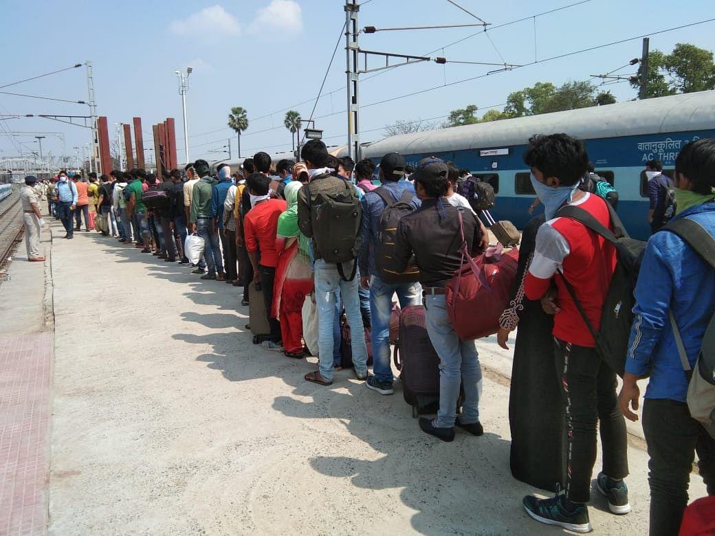 दानापुर रेलवे स्टेशन पर स्पेशल ट्रेन से आये यात्रियों का जांच करते अधिकारी