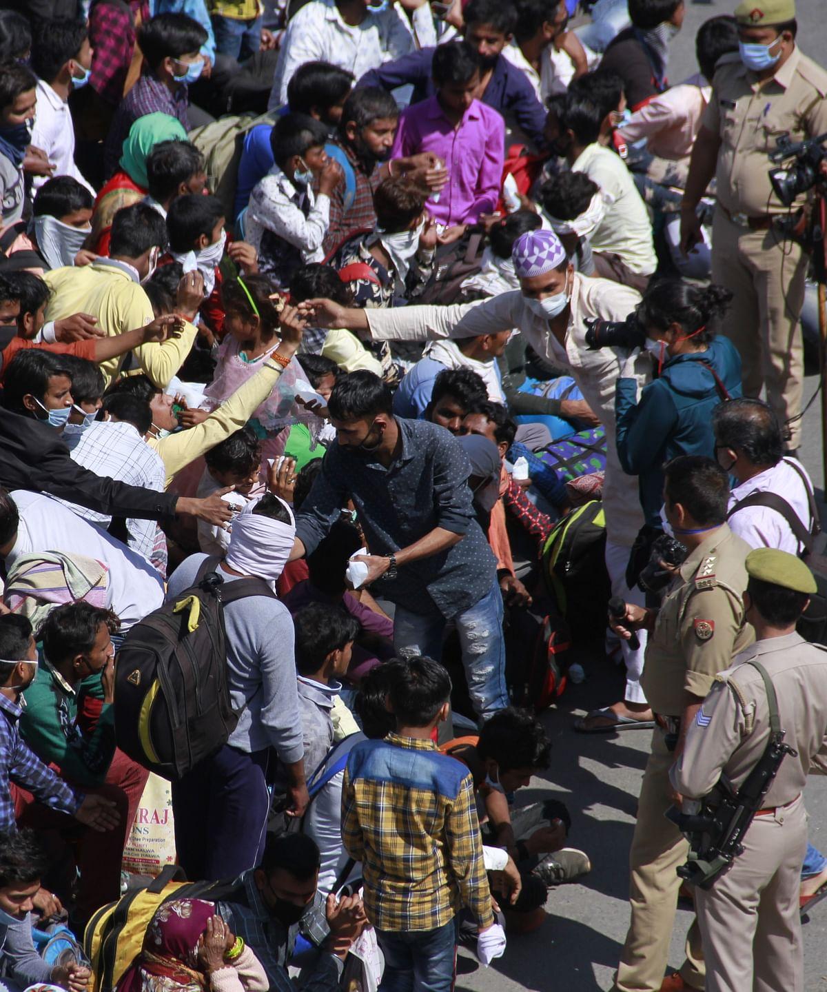 जब प्रशासन के द्वारा  प्रवासियों को राशन दिया गया तो लोग टूट पड़े और लोगों की  भीड़ जमा हो गयी.