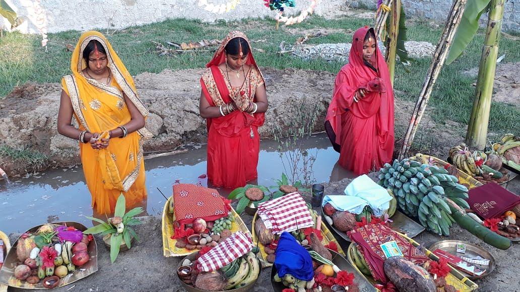 सिमडेगा शहर एवं ग्रामीण क्षेत्रों में पूरे श्रद्धा भक्ति भाव से अस्ताचलगामी भगवान सूर्य को चैती छठ व्रतियों ने एवं श्रद्धालुओं ने अर्घ्य समर्पित किया.