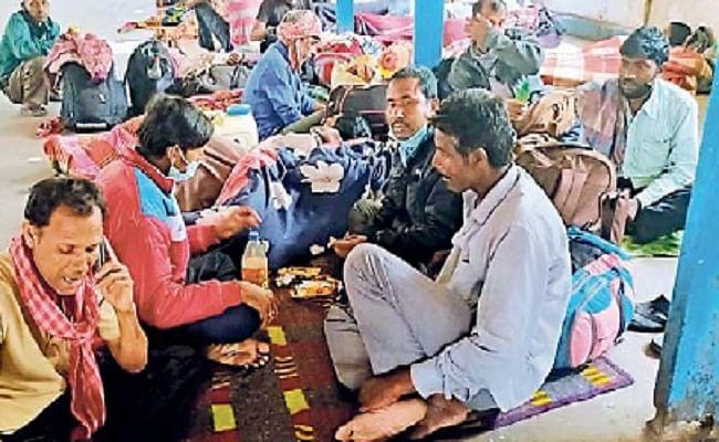लॉक डाउन: दिल्ली-कोलकाता से आये यात्री शहर में फंसे, छोटे-छोटे बच्चे हो रहे परेशान