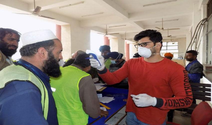Coronavirus Outbreak : पाकिस्तान के ट्रक ड्राइवरों की अटारी बॉर्डर पर स्कैनिंग