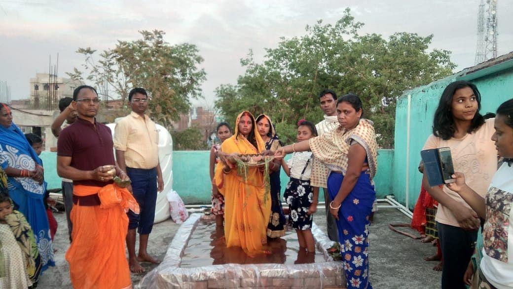 हजारीबाग के बड़कागांव में घर पर ही चैती छठ पूजा में भगवान सूर्य को अर्घ्य देते छठव्रती