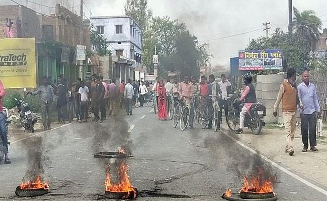 मारपीट के बाद उग्र भीड़ ने किया पुलिस पर हमला, पुलिस ने भांजी लाठियां