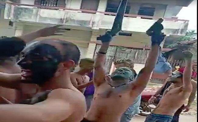 होली के खुमार में पटना में बाइकर्स गैंग के गुर्गों ने हाथ में बंदूक व पिस्टल लहराकर लगाये ठुमके