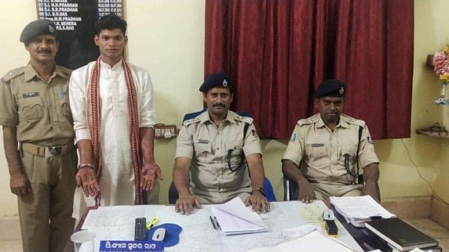 COVID-19 : ओडिशा में लॉकडाउन के बीच चल रही थी शादी की दावत, दो दूल्हे गिरफ्तार