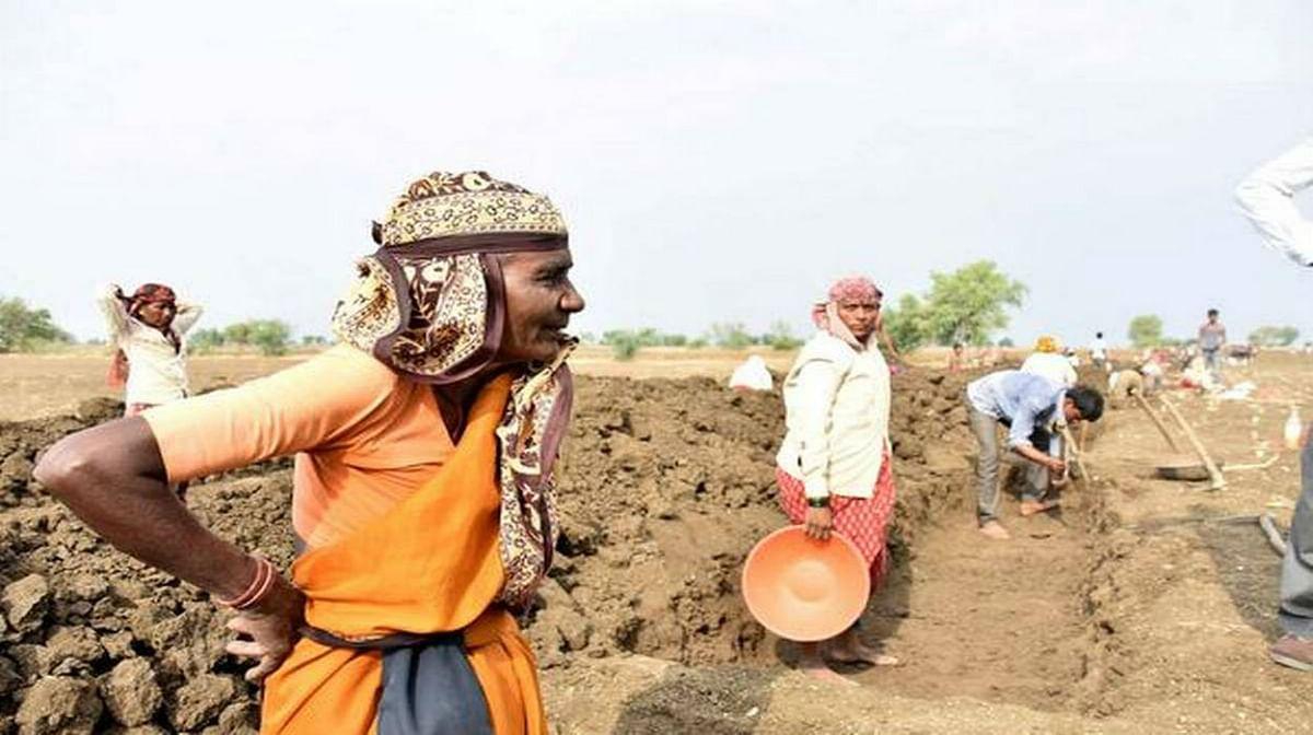 कोरोना वायरस संक्रमण के बाद उपजने वाली आर्थिक परेशानियों के मद्देनजर केंद्र सरकार ने मनरेगा के मजदूरों की दिहाड़ी 182 रुपये से बढ़ाकर 202 रुपये करने का ऐलान किया है.