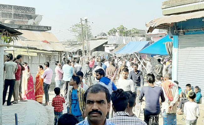 घटनास्थल पर उमड़ी लोगों की भीड़