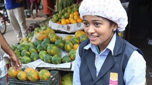 हनन हमीद  अपनी पढ़ाई का खर्च उठाने के लिए कॉलेज के बाद 21 सला की हनन हमीद नाम की लड़की मछलियां बेचा करती है. उसकी इस कहानी को एक स्थानीय मैग्जीन ने कवर किया. जिसके बाद वह सोशल मीडिया पर काफी ट्रोल हुई थी. सोशल मीडिया पर कॉलेज यूनिफॉर्म पहनकर मछली बेचने की वजह से ट्रोल हुईं हनन से केरला के मुख्यमंत्री ने उससे मुलाकात की. मुख्यमंत्री पी विजयन ने आलोचकों को करारा जवाब देते हुए हनान की प्रशंसा की. इसके बाद दुनियाभर से लोगों ने उनको मदद करने की पेशकश की.