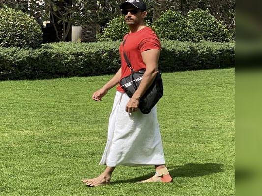 दुबई में टॉवल पहनकर निकले ऋतिक रोशन, बताया- इस अभिनेता को नकल करने की कोशिश