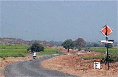लोहरदगा में सड़क निर्माण की गति धीमी, वन विभाग की आपत्ति के बाद शुरू हुआ काम रूका