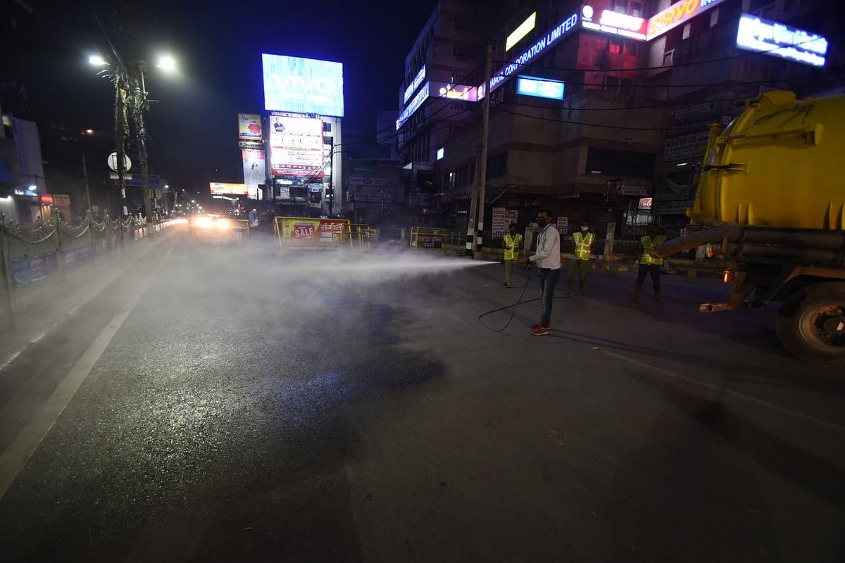राजधानी पटना में सड़कों को सैनीटाइज करते कर्मचारी