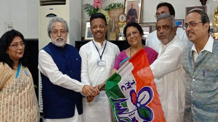 पश्चिम बंगाल में नगर निगम चुनाव से पहले माकपा पार्षद तृणमूल कांग्रेस में शामिल