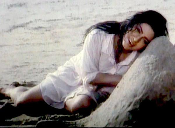 बता दें कि जूही चावला ने साल 1996 में जय मेहता से शादी की थी. उनके दो बच्चे जाह्नवी और अर्जुन हैं. जूही ने इस इंटरव्यू में अपनी फिल्म 'लुटेरे' के एक सीन के बारे में भी बात की. इस फिल्म के एक गाने में जूही समुद्र किनारे सिर्फ शर्ट में नजर आई थीं. इस गाने में जूही के साथ सनी देओल भी थे.
