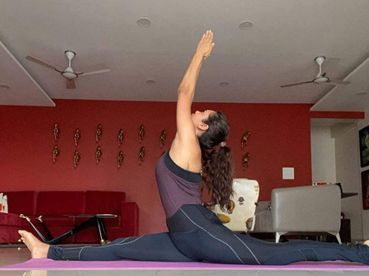 बॉलीवुड एक्ट्रेस ईशा गुप्ता इंस्टाग्राम पर तमाम तरह के कठिन से कठिन योगासन की तस्वीरें शेयर कर रही हैं.