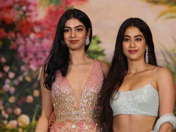 जाह्नवी कपूर की छोटी बहन खुशी न्यूयॉर्क से मुबंई लौट आईं है. इस समय दोनों बहनें आइसोलेशन में रहकर एक-दूसरे के साथ खूब टाइम स्पेंड कर रही हैं.