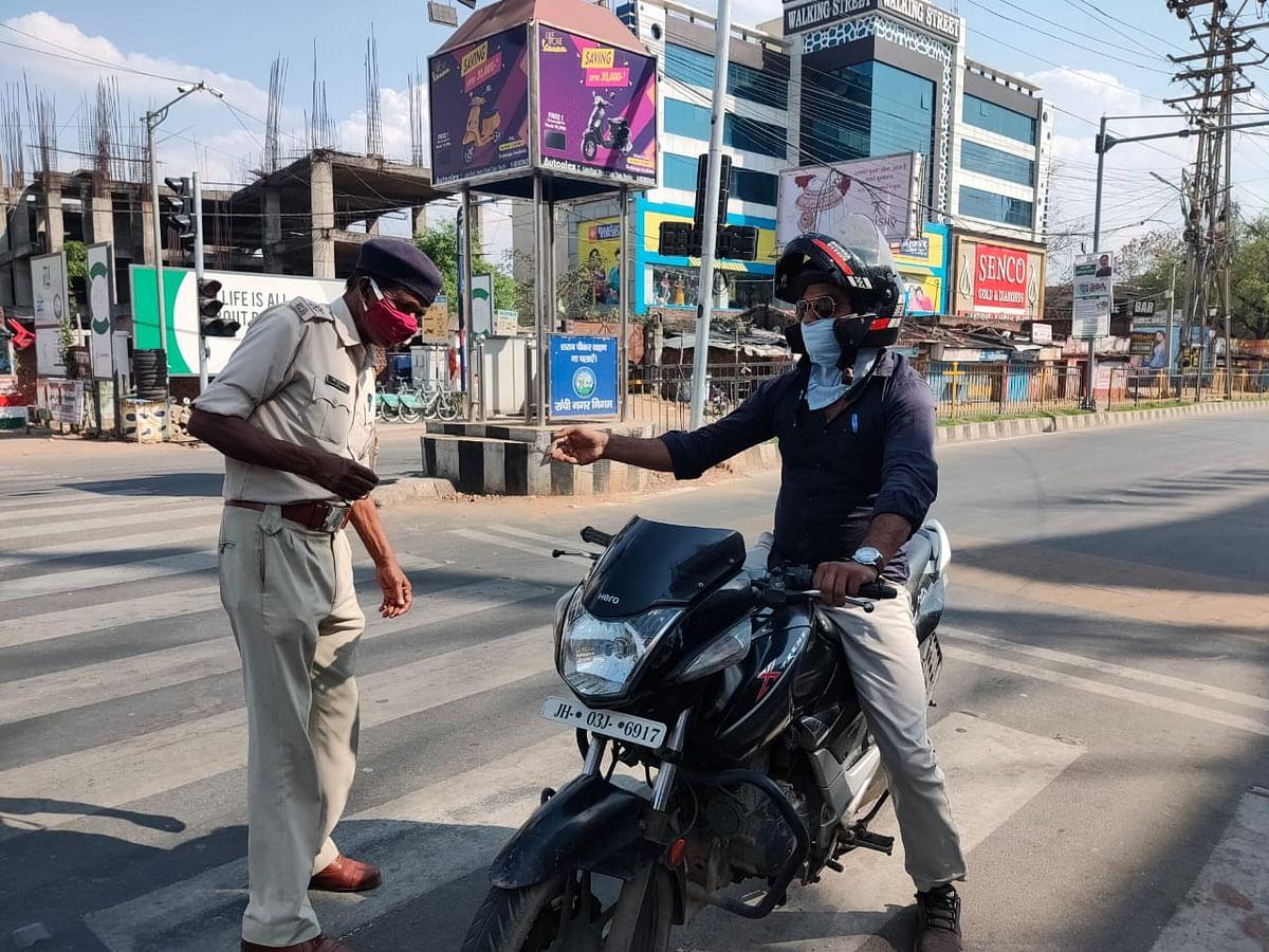 पुलिस कर्मी भी कड़ी पूछताछ करने के बाद ही लोगों को एक जगह से दूसरी जगह जाने दे रहे हैं.