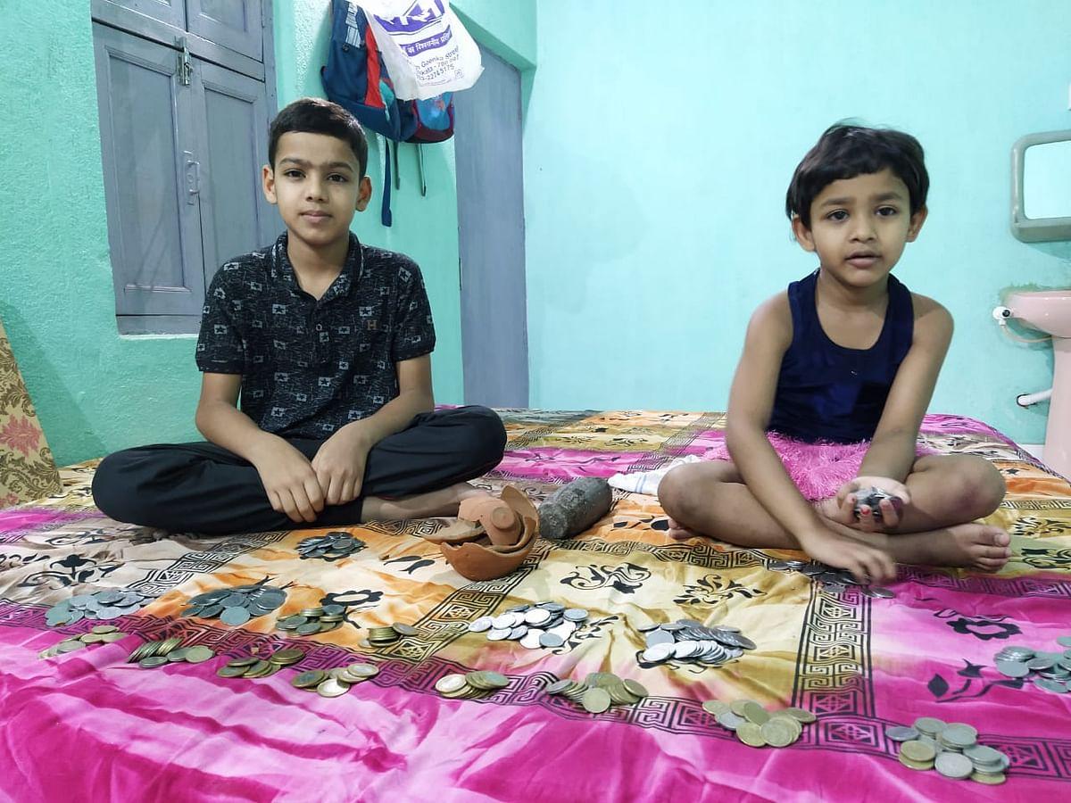 पाकुड़ में भाई-बहन ने बढ़ाए मदद के हाथ, अपना गुल्लक तोड़ 1135 रुपये सीएम केयर्स फंड में किया जमा