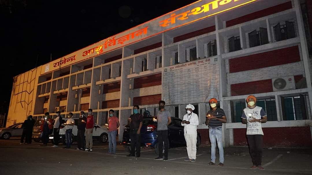 झारखंड की राजधानी स्थित राजेंद्र आयुर्विज्ञान संस्थान में जलाया गया दीया